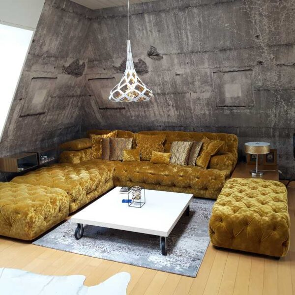 Wohnraum mit neuer Tapete, Eckeansicht