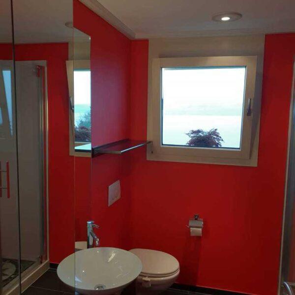 Farbige Wände im Bad, rot