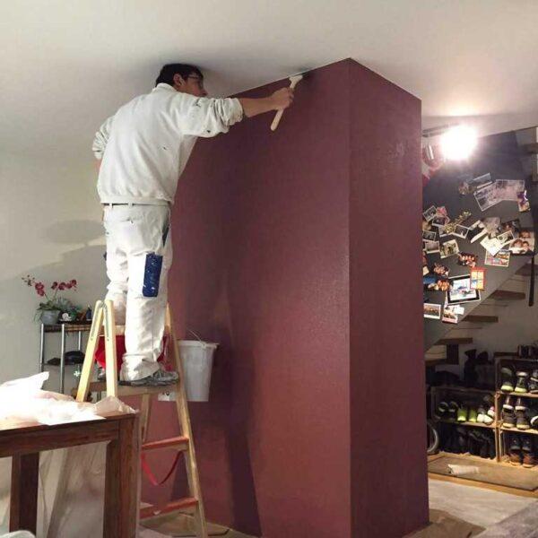 Farbige Wand mit Motiv vorbereiten