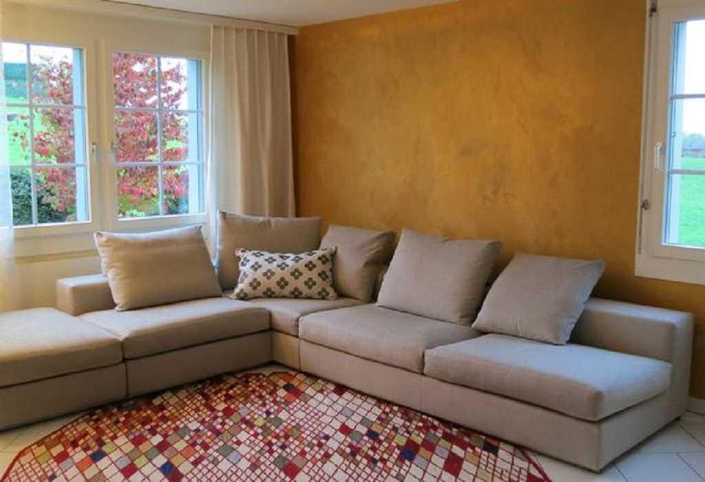 Goldiger Stucco im Wohnzimmer