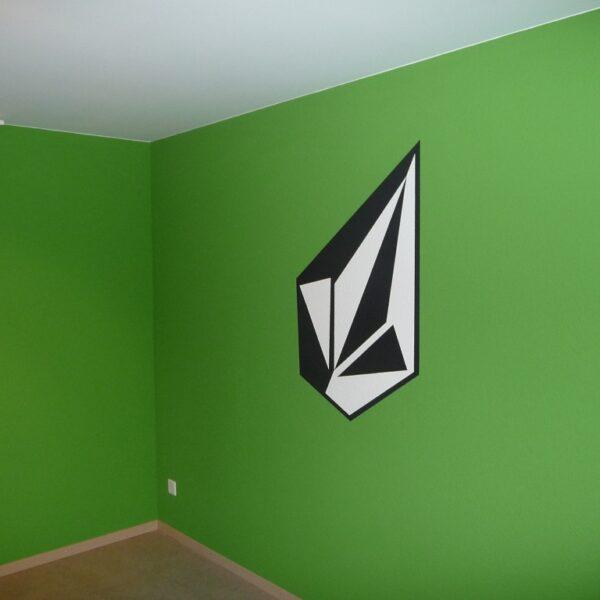 Schablonierarbeit nach Motivmuster an grüne Wand
