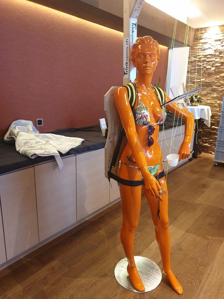 Schaufensterpuppe mit 2KP Beschichtung in orange gespritzt