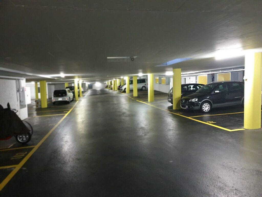 Decke und Wände spritzen mit Airless, Säulen gelb gestrichen, Bodenmarkierung